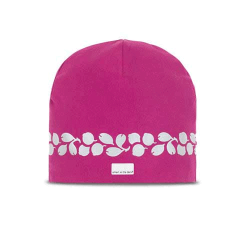 Luminous soft beanie with reflects in a wonderful pink color. Reflectivepattern of lingonberries lines around the head
